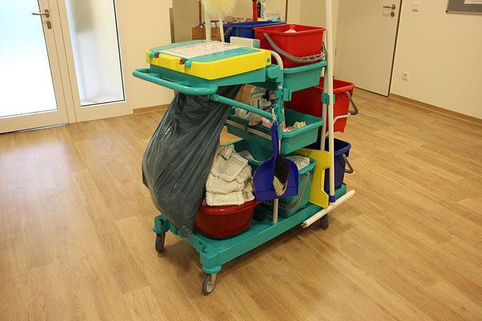 Dlaczego warto korzystać z wózków do sprzątania?