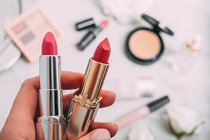 Trzy kosmetyki do makijażu, które warto mieć w torebce